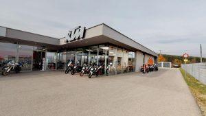 ktm motorrad händler außenansicht mit motorrädern