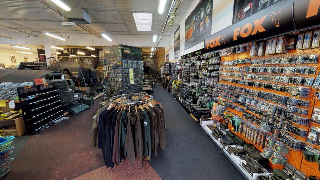 Ausschnitt eines virtuellen Angler Shop Rundgangs mit Jacken und sonstigem Angebot