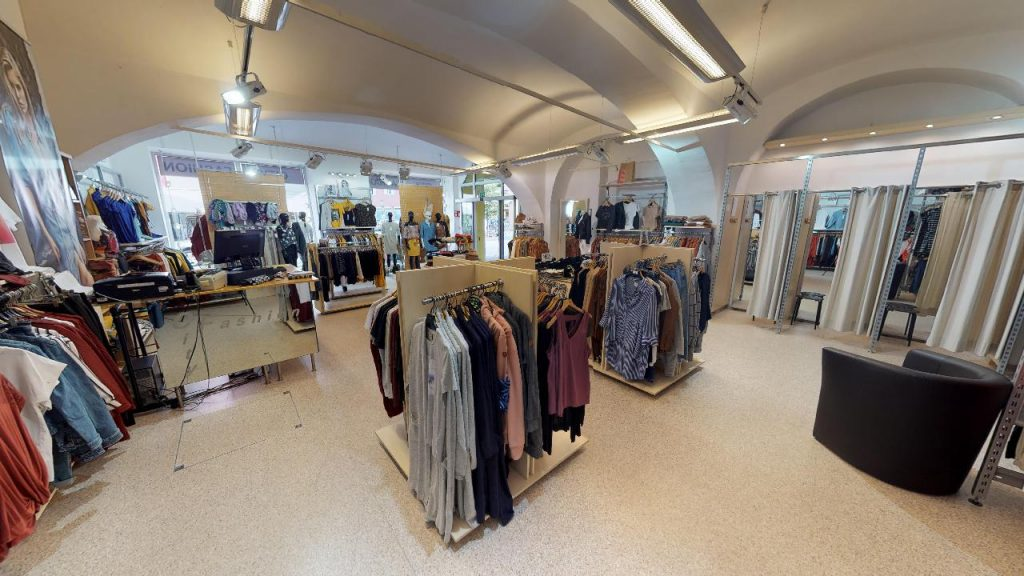 Verschiedene Kleidungsstücke ausgestellt bei City Fashion Bad Radkersburg