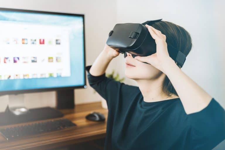 frau mit einer virtual reality brille und pc